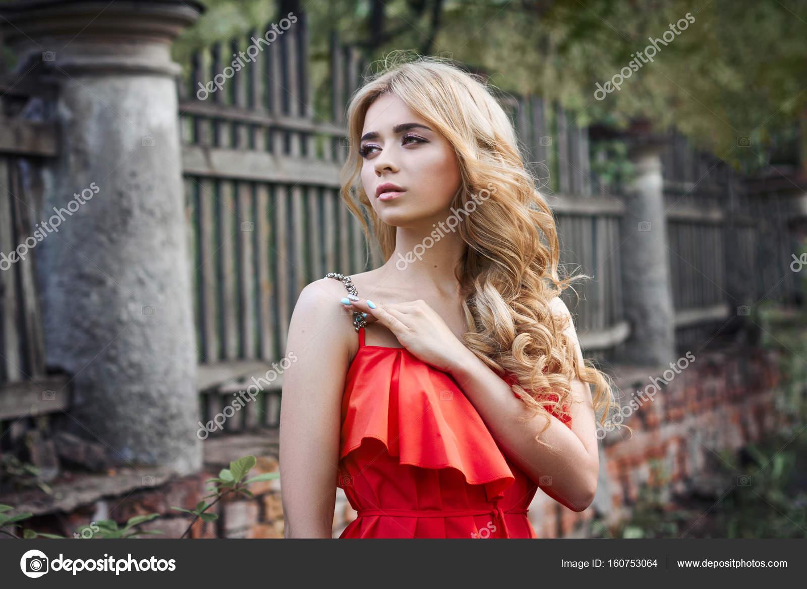 Картинки с девушками блондинками в красивых платьях