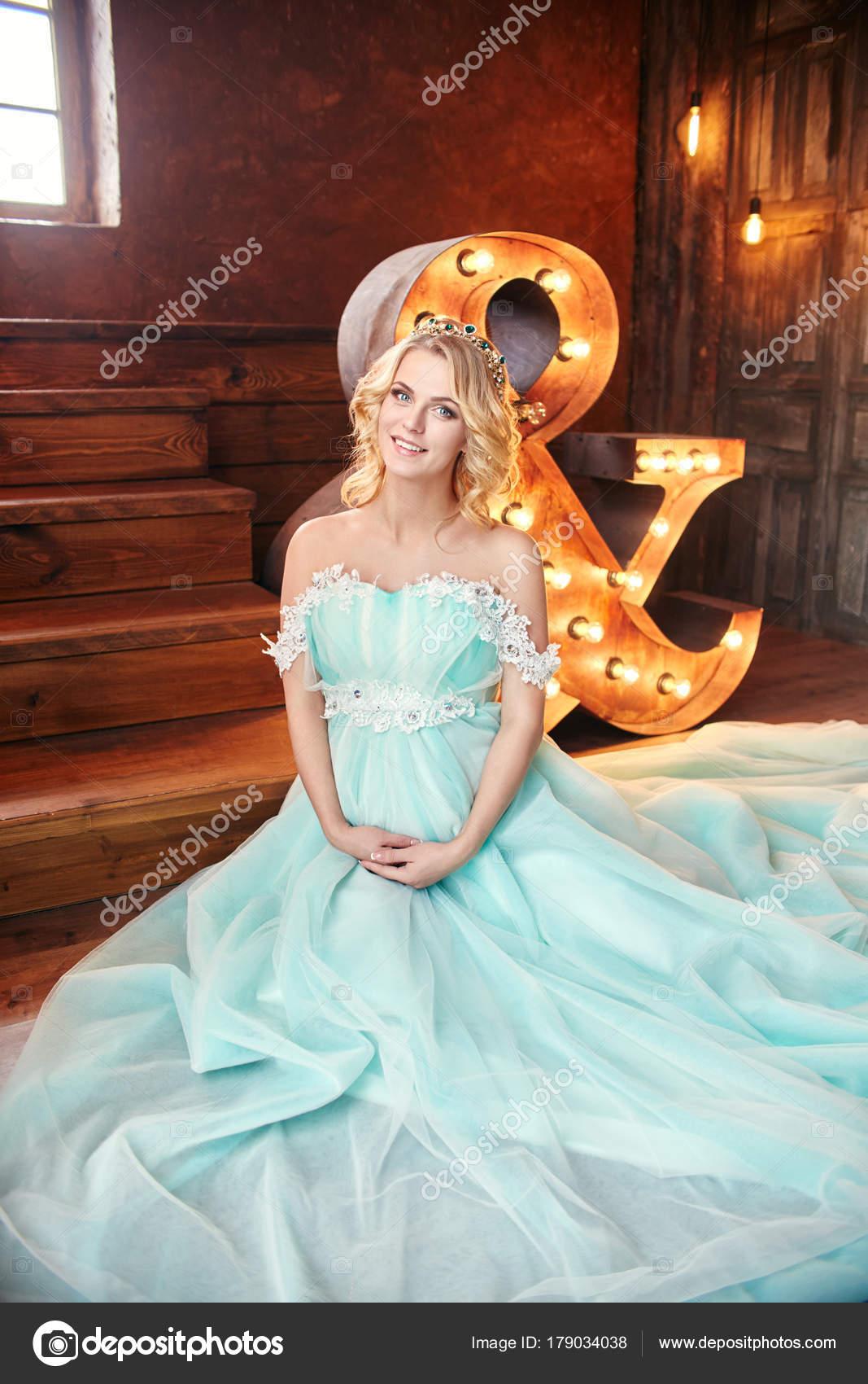 Πολυτελή μόδα έγκυος ξανθιά γυναίκα σε ένα γαμήλιο φόρεμα. Έγκυος γυναίκα  γάμος. Το κορίτσι περιμένει τη γέννηση ενός παιδιού. Κομψό φόρεμα ακριβά  γαλάζιο ... 03d797ceabd