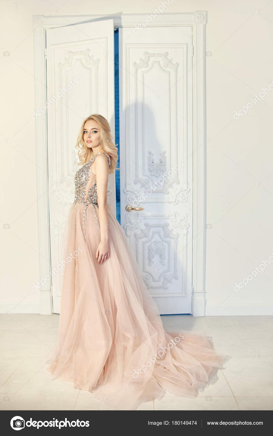 fec910fa7fb Мода Портрет женщины в красивые длинные вечерние платья