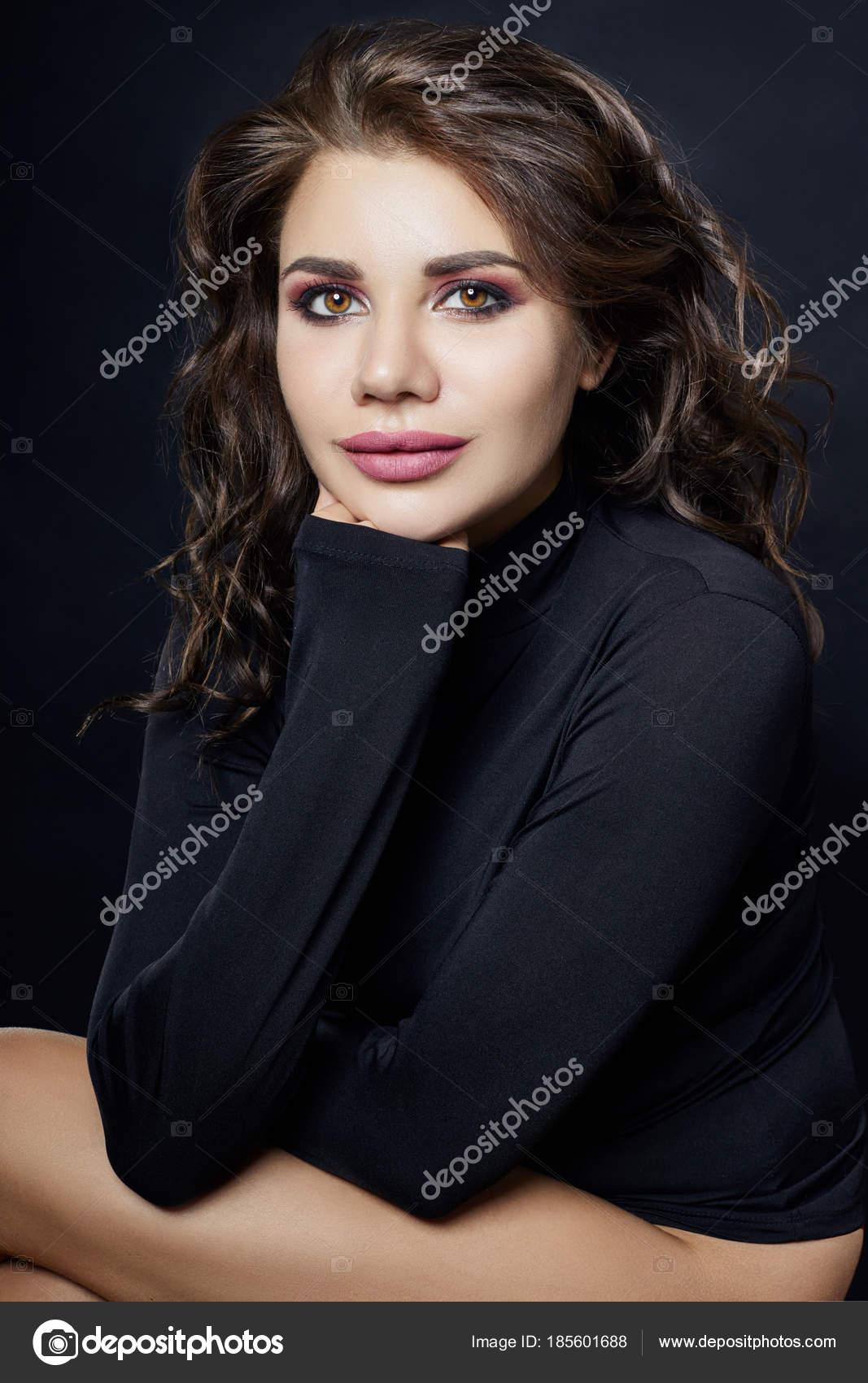 bda5100b07 Retrato de uma mulher sexy com camisola de gola alta preta com uma longa —  Fotografia