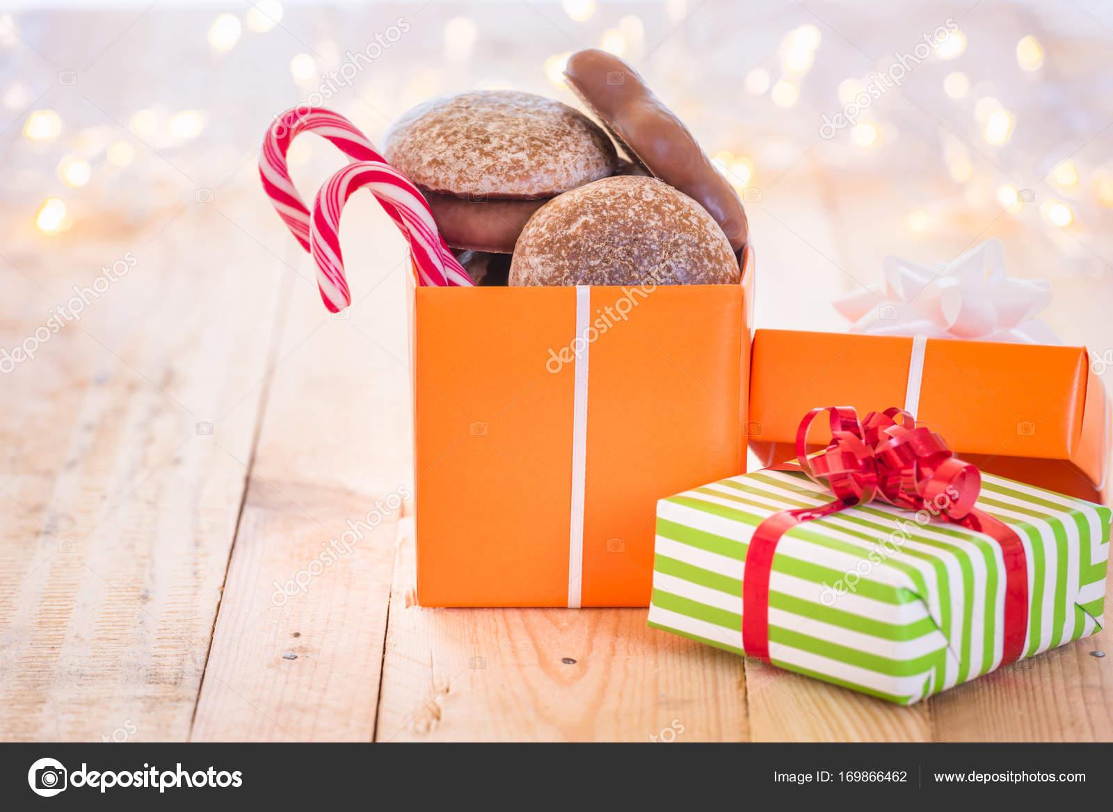 Verpackte Geschenke mit Weihnachten Süßigkeiten — Stockfoto ...