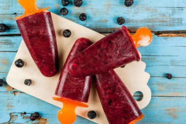 Delicious popsicles with black currant