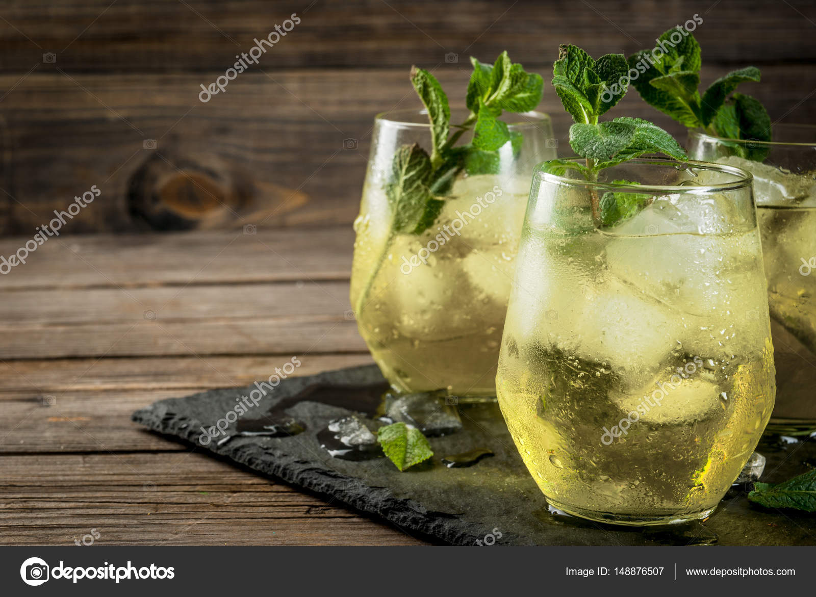 Traditionelle spanische Getränk, Rebujito — Stockfoto © unixx.0 ...