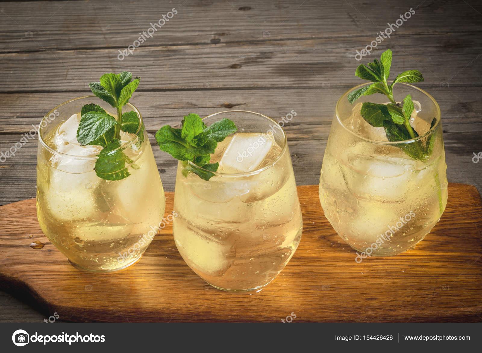 Traditionelle spanische alkoholisches Getränk, cocktail - Rebujito ...