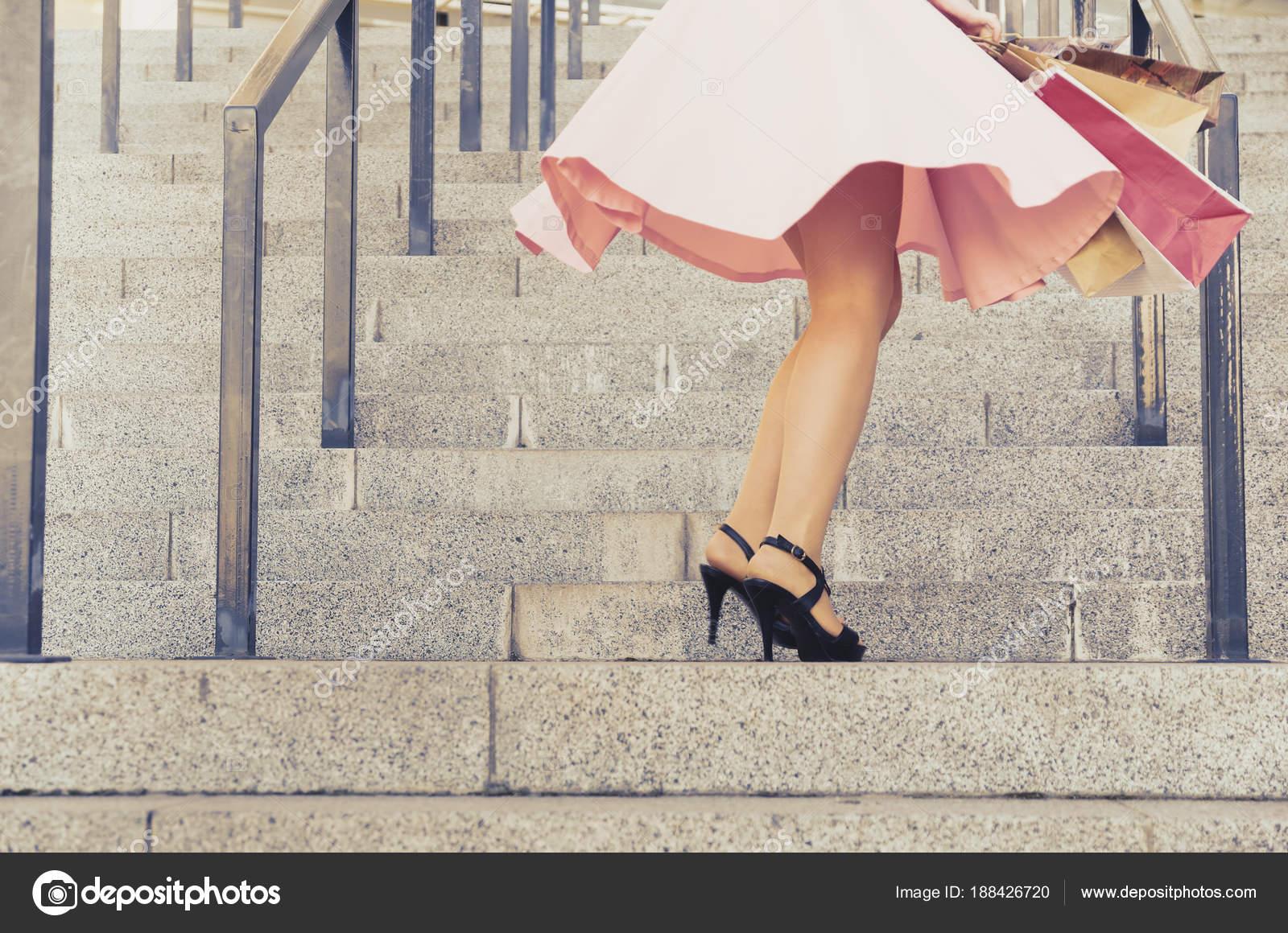 На лестнице в юбке фото, лесби под дождем фото