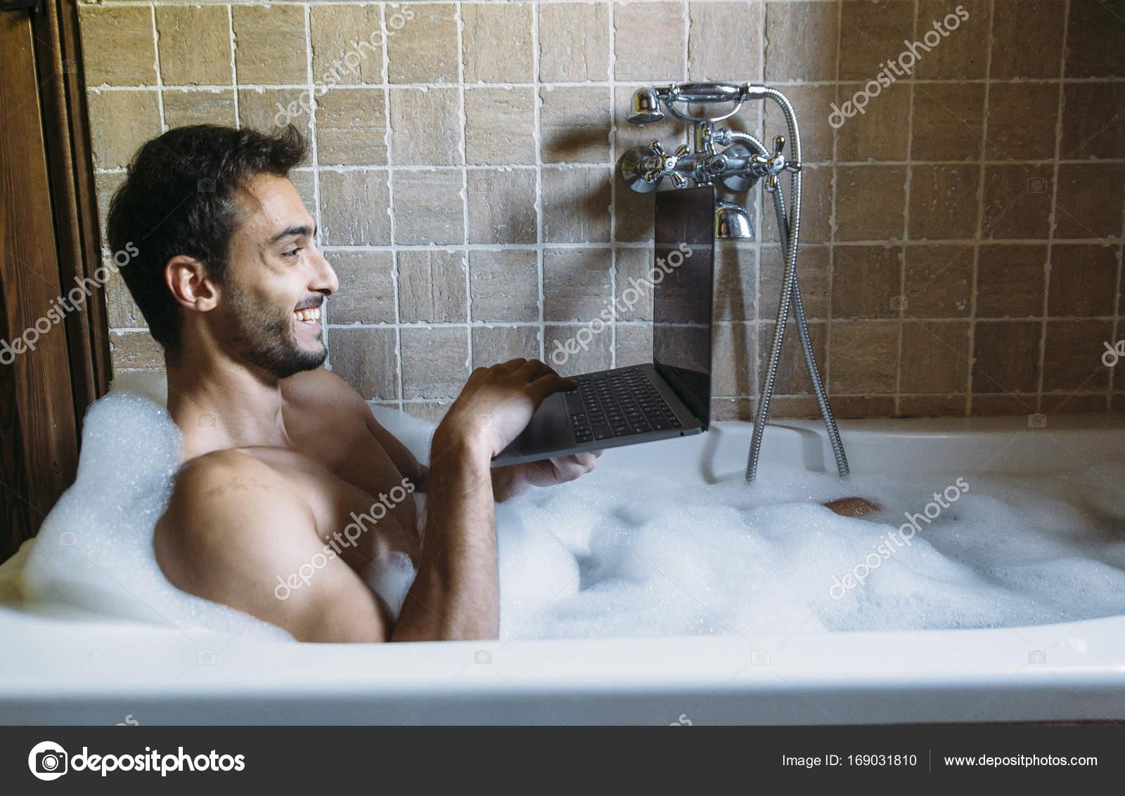 Bagno Con Un Ragazzo : Ragazzo nudo in bagno con il computer portatile u foto stock