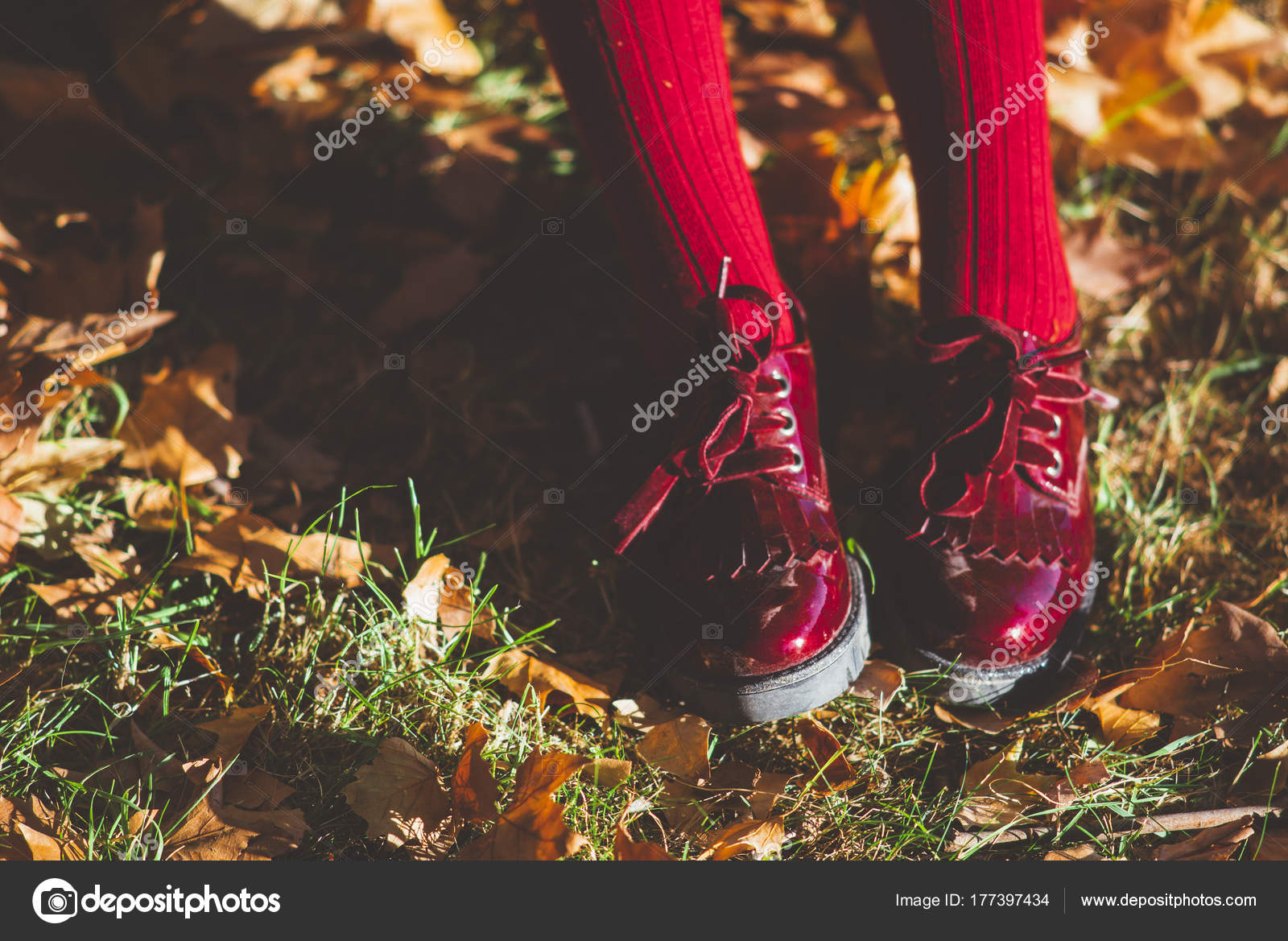 best service 629dd cea11 Little girl with red shoes feet — Stock Photo