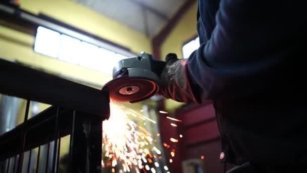 Člověk pracuje s mlýnek na řezání kovů.
