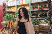 nő vásárol a szuper piacon sárgarépa