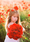 Photo girl in poppy field holding flowers