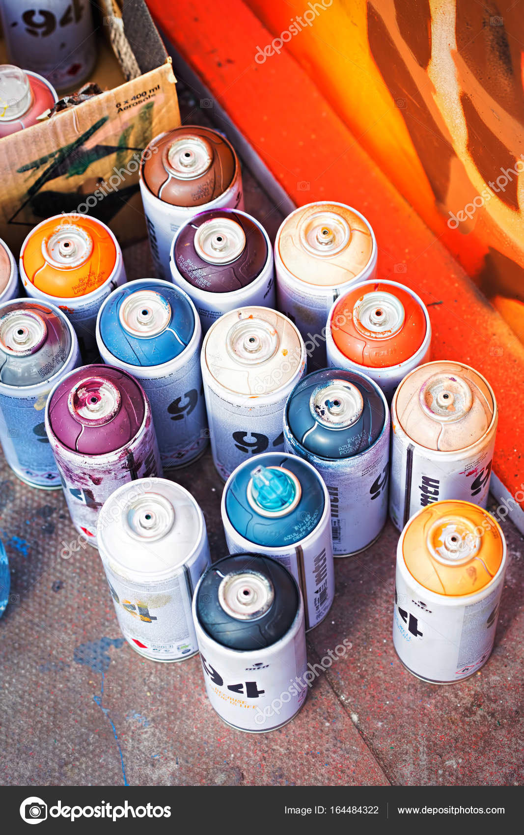 Colourful aerosol spray paint cans by graffiti painting — Stock