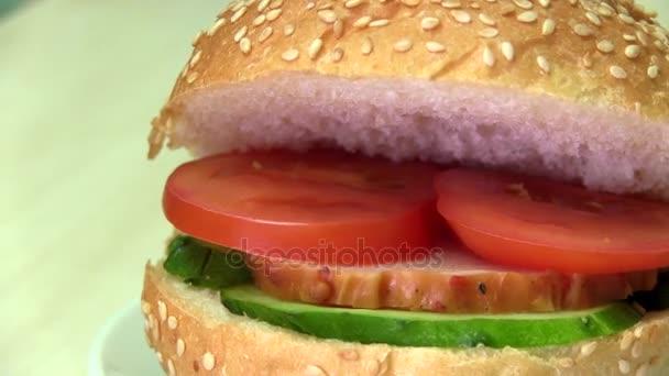 Sendvič s rajčaty, šunkou a okurkou