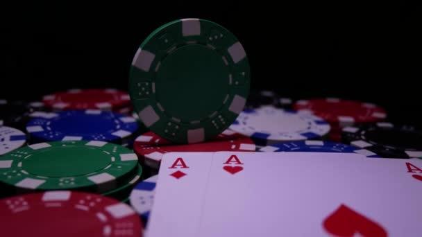 Pokerový stůl s žetony v kasinu. Dvojité ESA na Poker Chips
