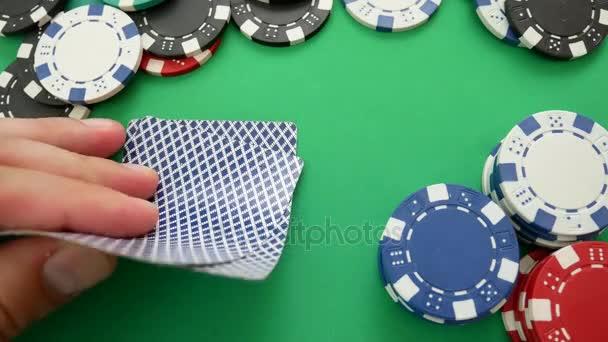Pokerový hráč sází v pokeru
