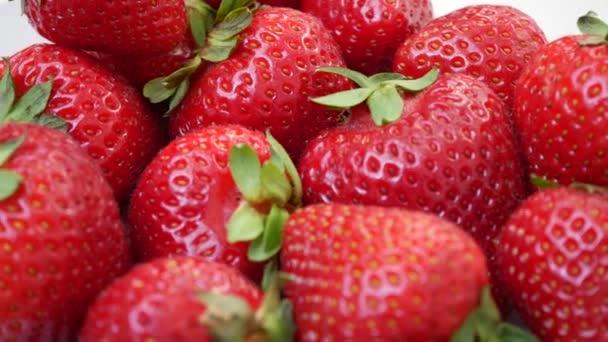 čerstvé jahody na bílém pozadí