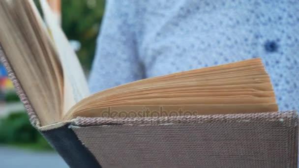 Kék fehér ing ember olvassa régi barna könyv