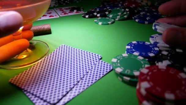 Giocatore di poker è nervoso e fa una scommessa nel Poker