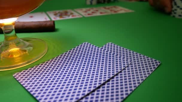 Luomo si muove Chips sul tavolo al casinò