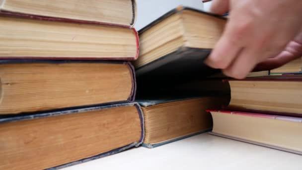 Alte Bücher aus einem Stapel im Bücherregal