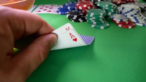 Vincitore nel Poker si muove Chips sul tavolo al casinò