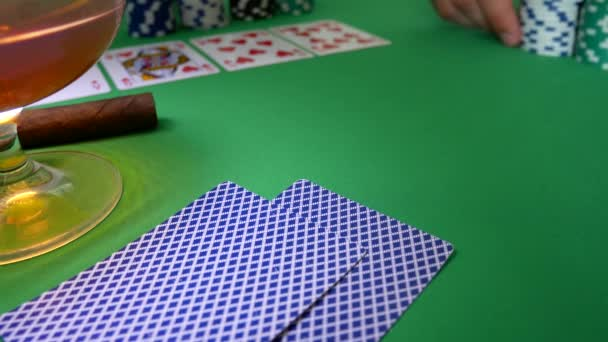 Vincitore nel Poker. Equipaggia la mano si muove Chips sul tavolo al casinò