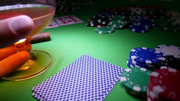 Giocatore dazzardo Poker fa una scommessa nel Poker