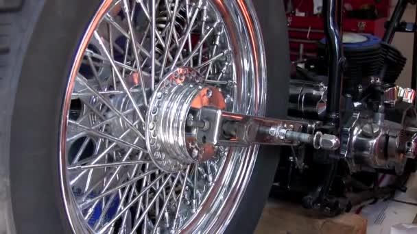Rad des Motorrads dreht sich in Garage oder Motorradwerkstatt