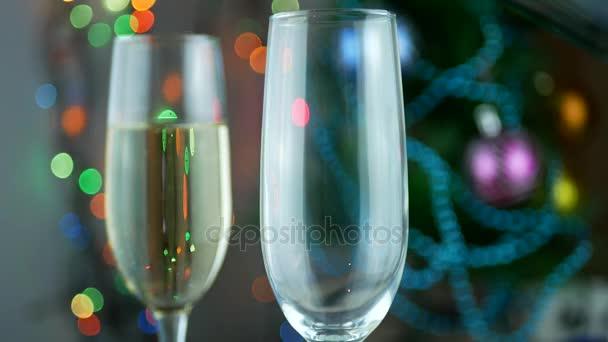 Gießen von Flasche Champagner