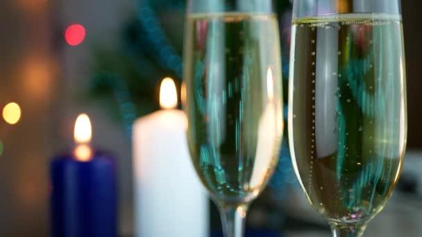 Champagner in Strömen und Schaumbildung in Gläsern