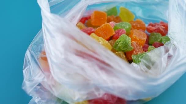 Pestrá otáčí deska s kandovaným ovocem barevné kostky