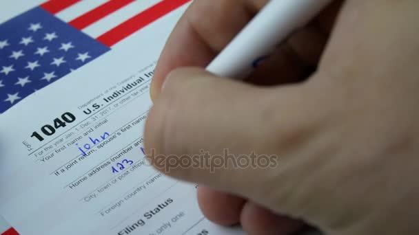 Muž osoba zápisu informací v nás jednotlivé daňový formulář 1040
