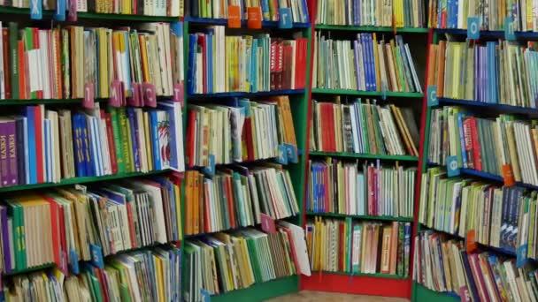 Mnoho knih na regálech