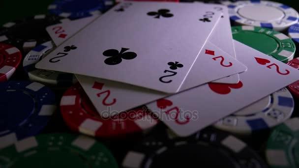 Pokerový stůl s žetony v kasinu