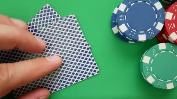 Pokerový hráč přesune žetony na stole v kasinu. Kasino čipy