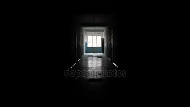 Temné chodby s oknem v dálce