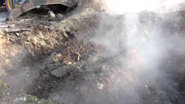 Bagger gräbt im Winter die Erde aus