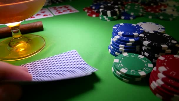 Srdce a diamanty ESA na zeleném stole v kasino s poker žetony