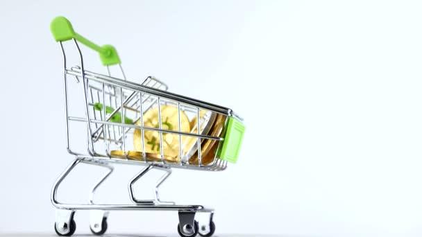 Nákupní košík nebo nákupní košík trhu s kryptoměn bitcoins isoleted na bílém pozadí. Koncept internetového obchodu