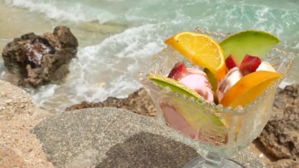 Ice cream kuličky s plátky pomeranče a meloun ovoce