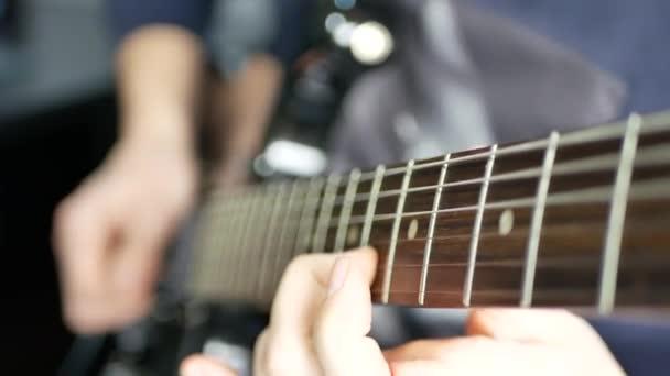 Muž kytarista hrál na elektrickou kytaru