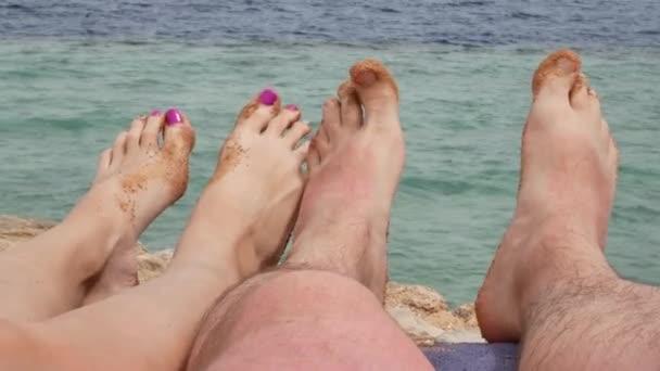 pár relaxační na tropické pláži