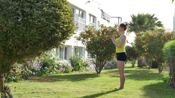 Žena na jóga mat k odpočinku venkovní v parku