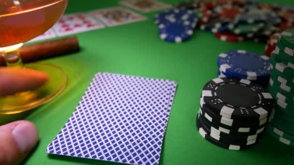 Győztese a póker. Ember mozog chipek asztalon a kaszinóban