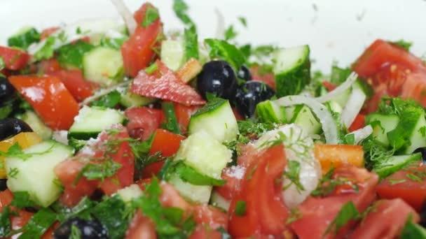 Salat mit frischen roten Tomaten, grünen Gurken, Zwiebeln und Oliven
