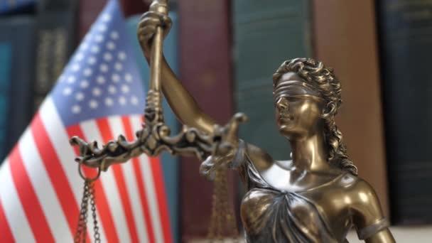 Lady Justice szimbólum Usa zászló és könyvespolc háttér