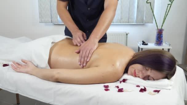 fiatal nő élvezi a masszázst a spa szalon