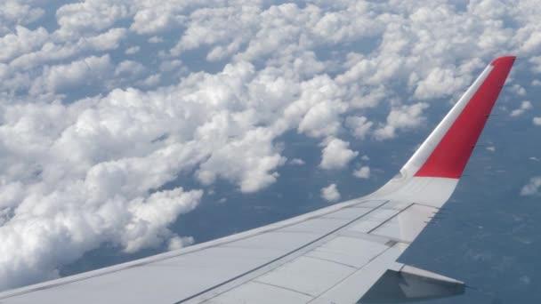 Repülőgép szárnyak és felhők a levegőben