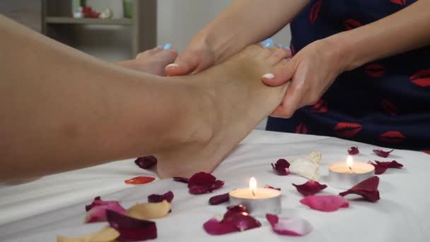 A spa szalon emberi láb masszázs