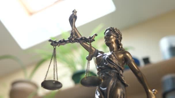 Szobor Themis vagy Lady Justice a könyvespolcon háttér