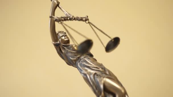 Lady Justice oder Justitia auf gelbem Hintergrund
